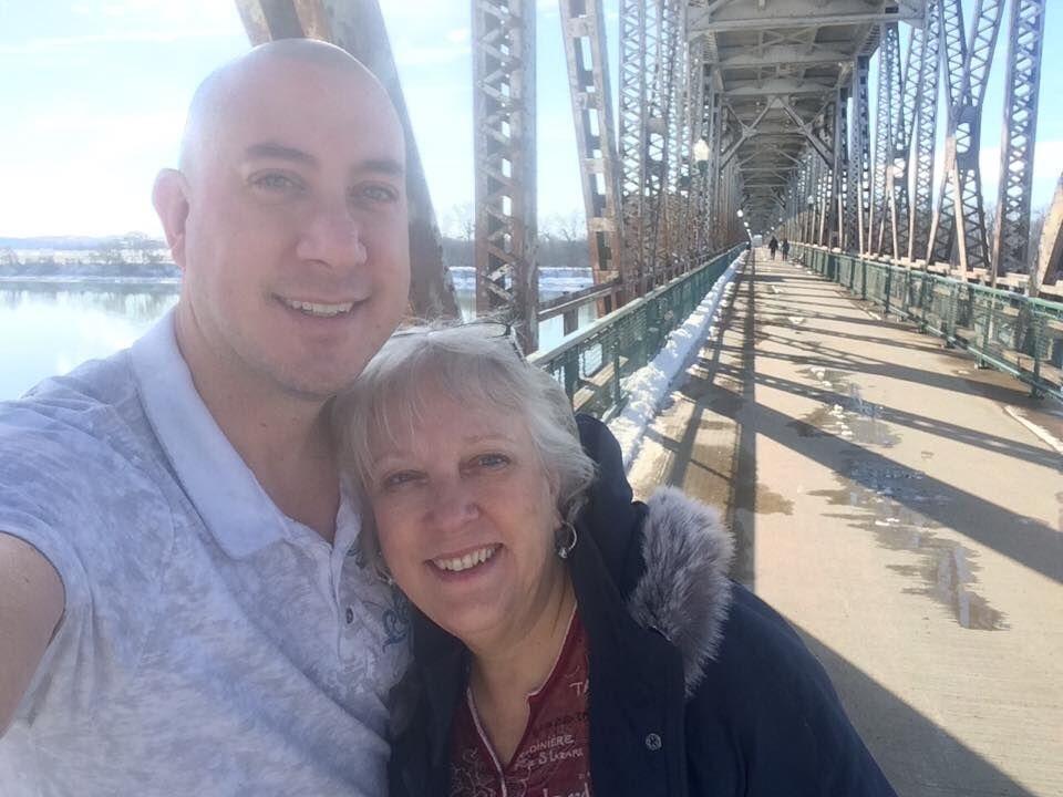Michael Linn e sua mãe, Carolyn, que também ajudou na produção do filme na ponte escolhida para uma das cenas.
