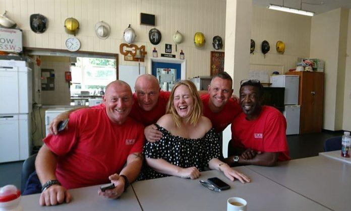 Adele faz visita surpresa a corpo de bombeiros após incêndio em Londres
